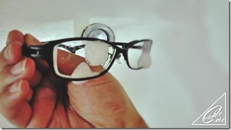 眼鏡シャンプー中